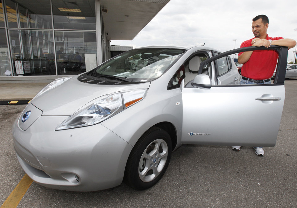 Photo - Hudiburg Nissan salesman Eddie Morris demonstrates the all-electric Nissan Leaf.  PAUL HELLSTERN - The Oklahoman