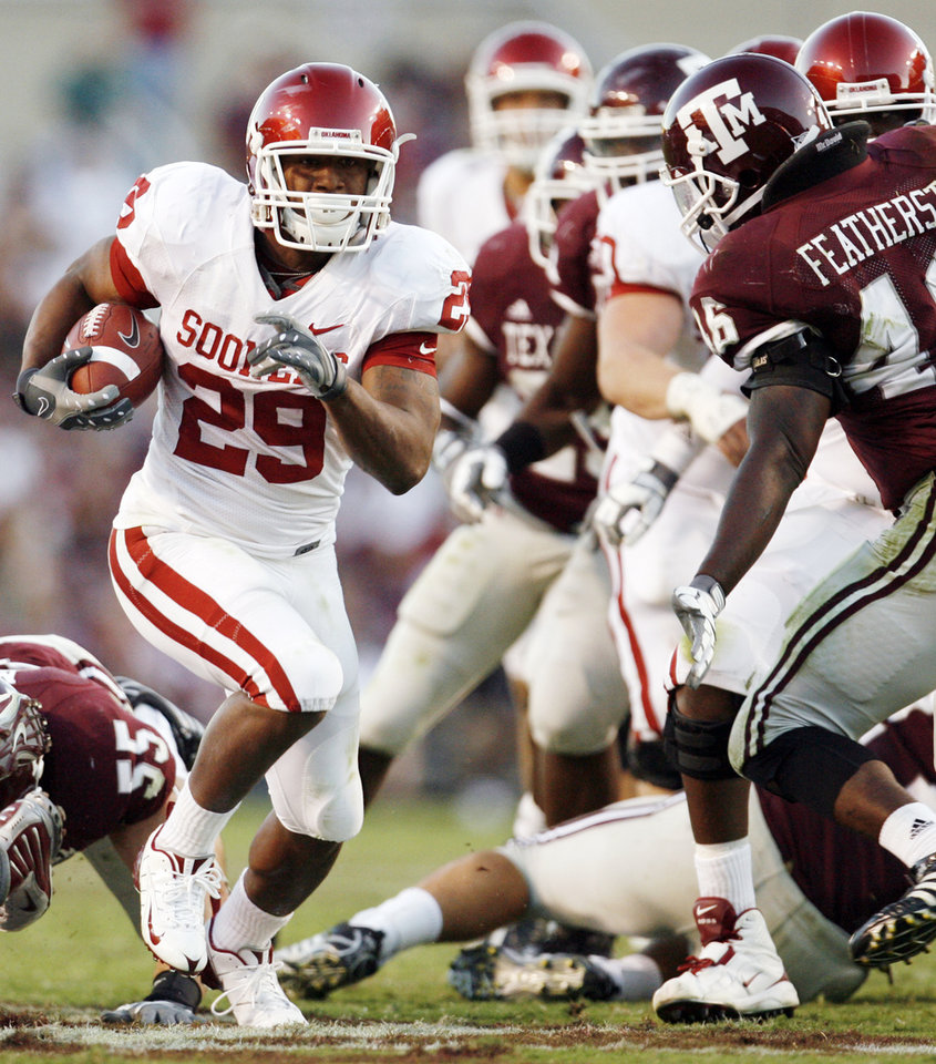 Photo - OU's Chris Brown rushes for a touchdown in the third quarter during the college football game between the University of Oklahoma (OU) and Texas A&M University (TAMU) at Kyle Field in College Station, Texas, Saturday, Nov. 8, 2008. BY NATE BILLINGS, THE OKLAHOMAN