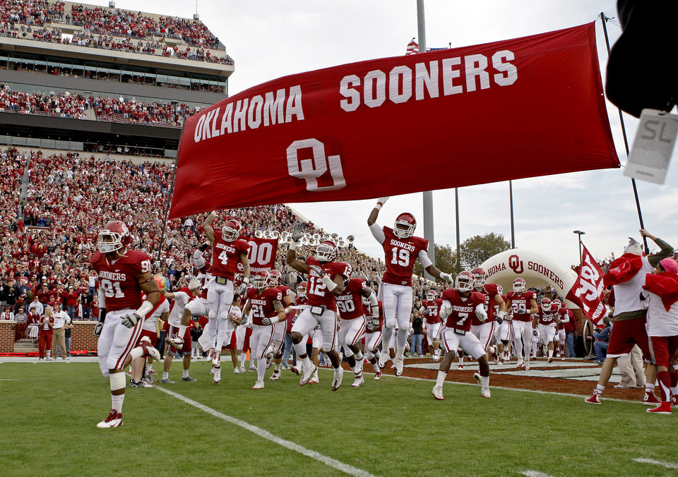 Photo - The OU football team takes the field before the college football game between the Texas A&M Aggies and the University of Oklahoma Sooners (OU) at Gaylord Family-Oklahoma Memorial Stadium on Saturday, Nov. 5, 2011, in Norman, Okla. Photo by Bryan Terry, The Oklahoman ORG XMIT: KOD