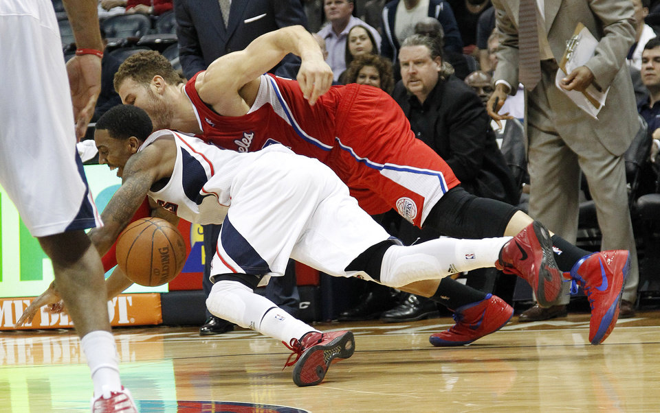 Photo -   Atlanta Hawks' Jeff Teague, left, and Los Angeles Clippers forward Blake Griffin dive for a loose ball in the second half of an NBA basketball game on Tuesday, April 24, 2012, in Atlanta. Atlanta won 109-102. (AP Photo/John Bazemore)