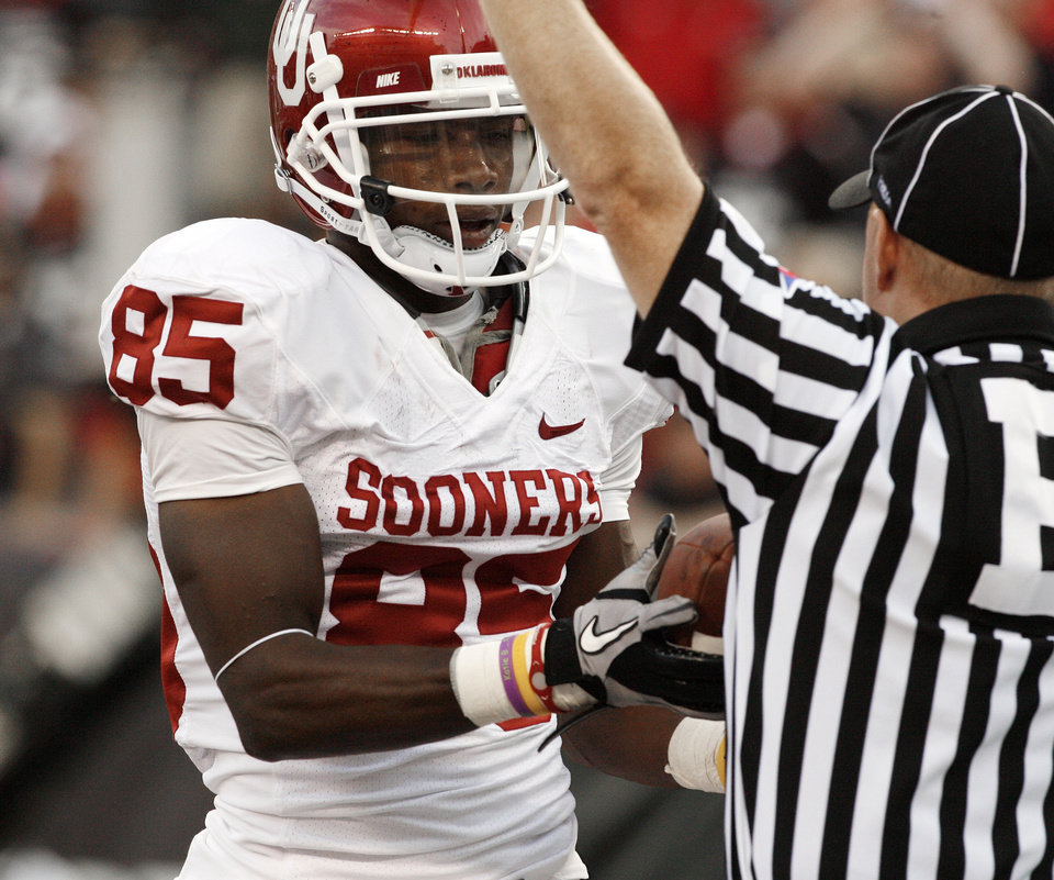 Photo - Ryan Broyles hands the ball to the referee who is signaling his touchdown catch during the first half of the college football game between the University of Oklahoma Sooners (OU) and the University of Cincinnati Bearcats (UC) at Paul Brown Stadium on Saturday, Sept. 25, 2010, in Cincinnati, Ohio.   Photo by Steve Sisney, The Oklahoman