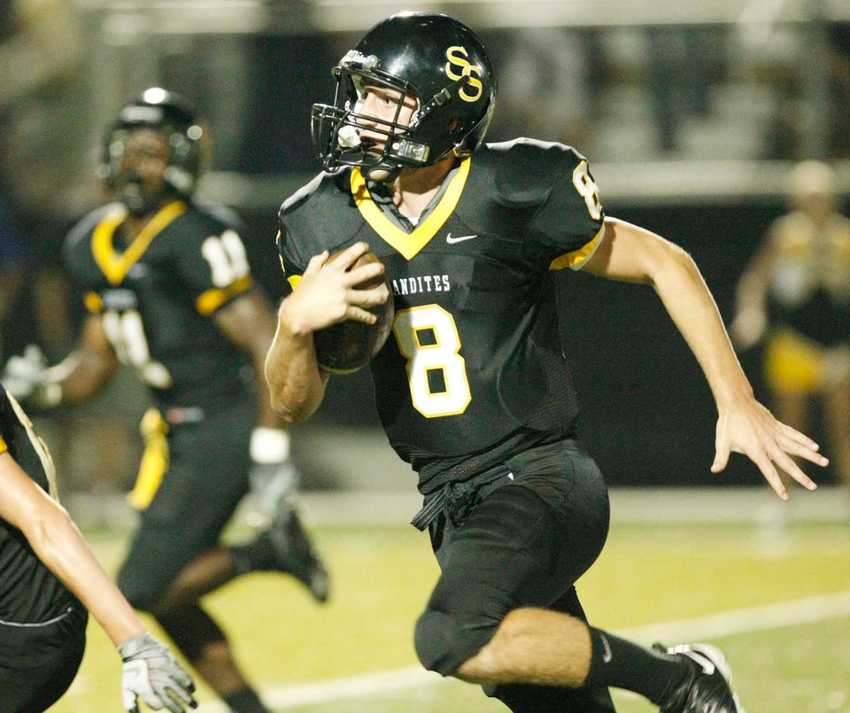 Photo - Sand Springs' (8) Johnny Deaton runs for towards the end zone during the first half of the high school football game at Sand Springs on Sept., 26, 2008. TOM GILBERT/Tulsa World ORG XMIT: KOD