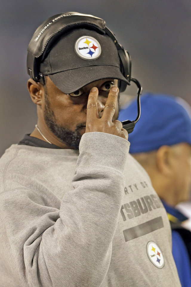 Photo - Pittsburgh Steelers head coach Mike Tomlin signals to the field during the first half of an NFL football game against the Baltimore Ravens in Baltimore, Sunday, Dec. 2, 2012. (AP Photo/Patrick Semansky)