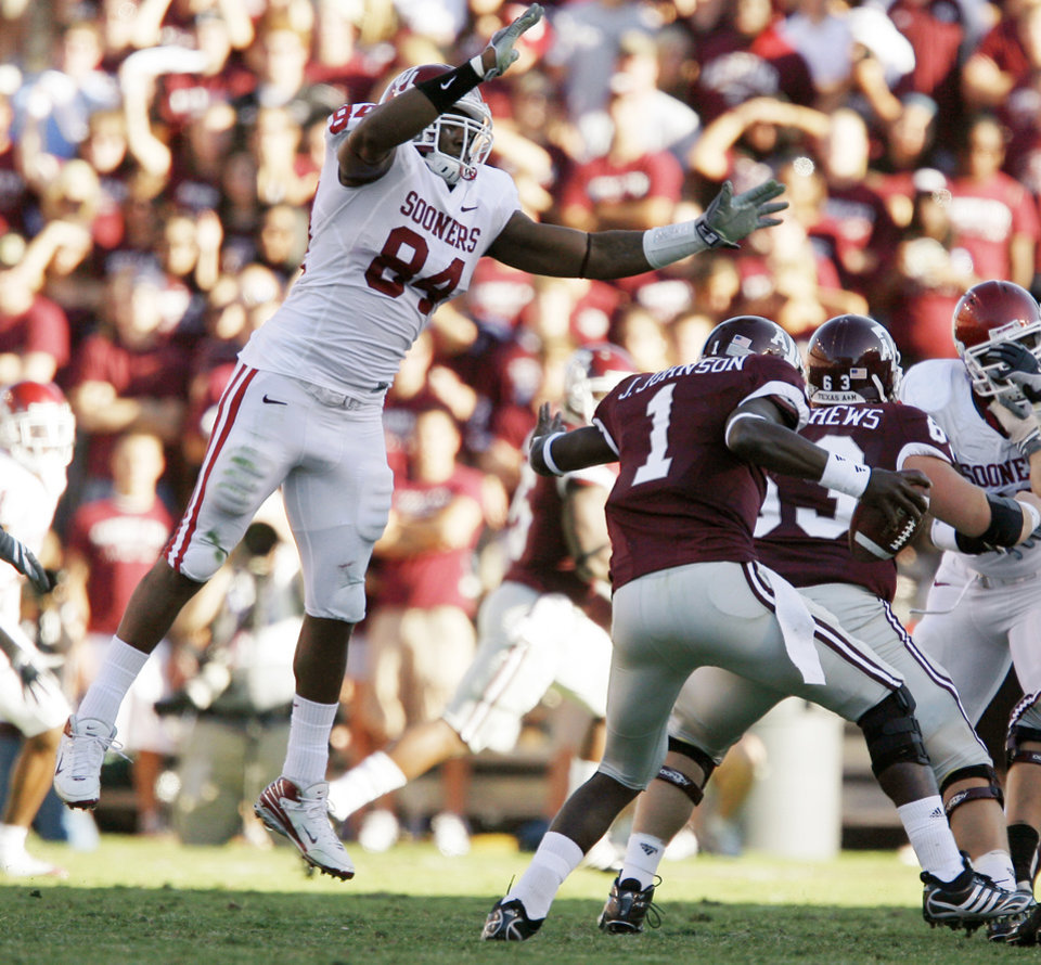 Photo - OU's Frank Alexander leaps towards Texas A&M's Jerrod Johnson during the college football game between the University of Oklahoma and Texas A&M University at Kyle Field in College Station, Texas, Saturday, November 8, 2008.  BY BRYAN TERRY, THE OKLAHOMAN