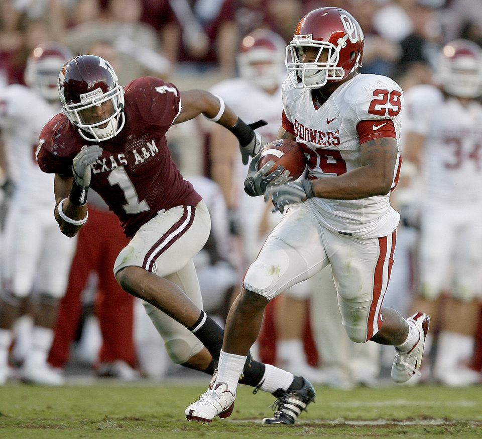 Photo - OU's Chris Brown runs past Texas A&M's Johnathan Batson for a touchdown in the second half of the college football game between the University of Oklahoma and Texas A&M University at Kyle Field in College Station, Texas, Saturday, November 8, 2008.  BY BRYAN TERRY, THE OKLAHOMAN