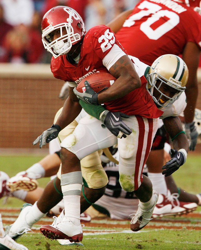 Photo - Chris Brown carries during the second half of the college football game between The University of Oklahoma Sooners (OU) and the Baylor Bears at the Gaylord Family-Oklahoma Memeorial Stadium on Saturday, Oct. 10, 2009, in Norman, Okla.