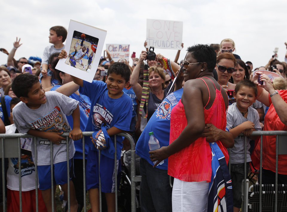 Photo - Wanda Pratt, Kevin Durant's mother, greets Thunder fans during a welcome home rally for the Oklahoma City Thunder at a field near Will Rogers Airport in Oklahoma City, Friday, June 22, 2012.  Photo by Garett Fisbeck, The Oklahoman