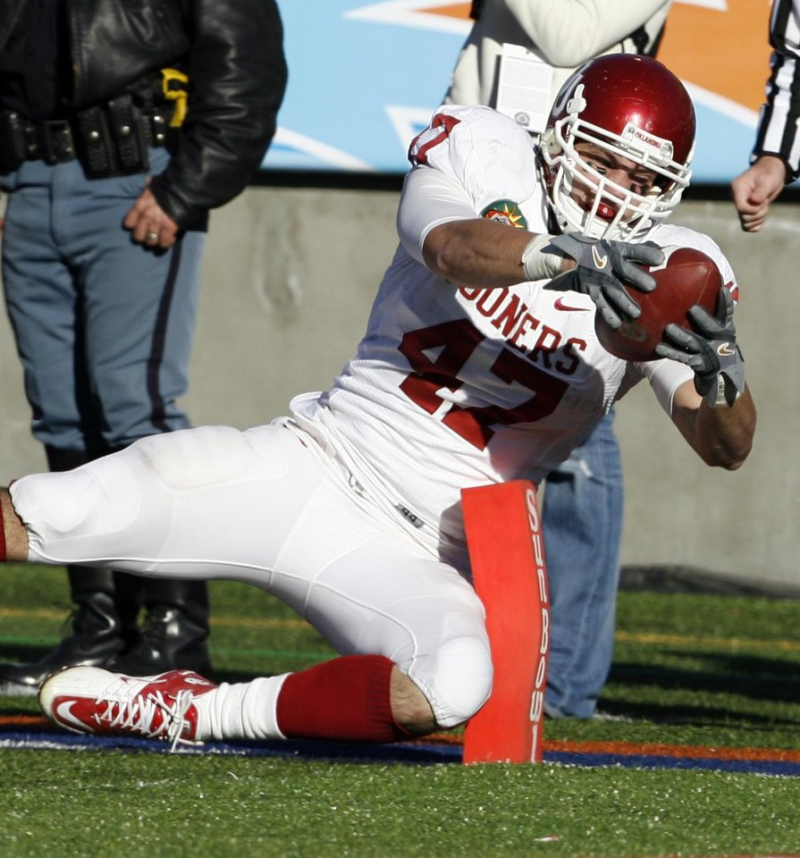 Photo - Trent Ratterree tries to stretch a catch into a touchdown during the second half of the Brut Sun Bowl college football game between the University of Oklahoma Sooners (OU) and the Stanford University Cardinal on Thursday, Dec. 31, 2009, in El Paso, Tex.   Photo by Steve Sisney, The Oklahoman