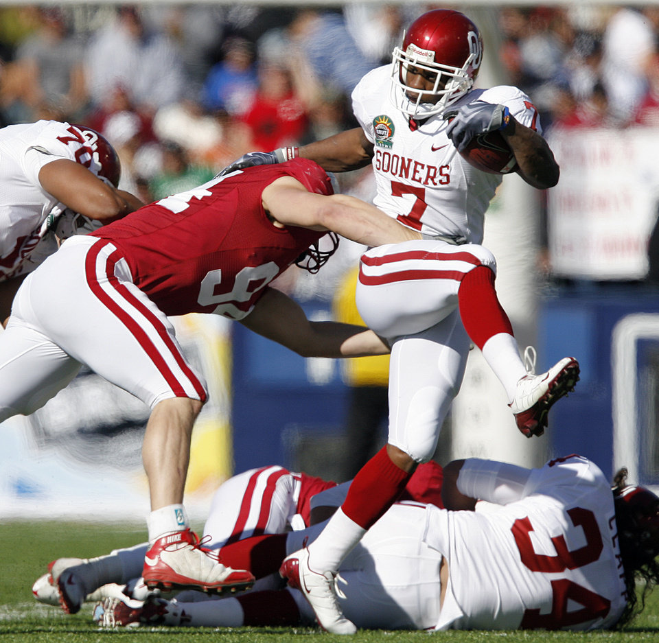 Photo - Oklahoma's DeMarco Murray (7) gets past Stanford's Thomas Keiser (94) during the first half of the Brut Sun Bowl college football game between the University of Oklahoma Sooners (OU) and the Stanford University Cardinal on Thursday, Dec. 31, 2009, in El Paso, Tex.   Photo by Chris Landsberger, The Oklahoman