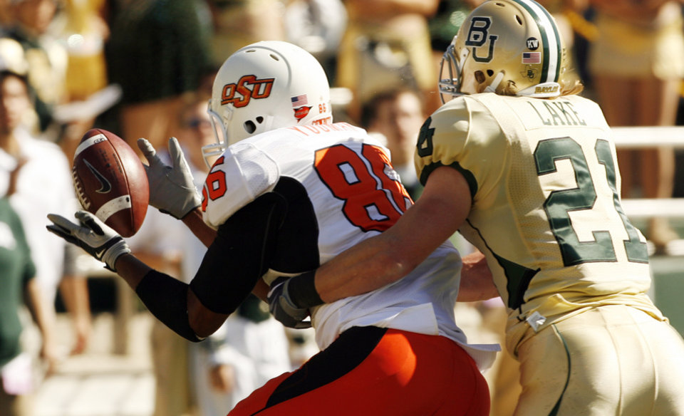 Photo - Wilson Youman catches a toughdown pass during the college football game between Baylor University and Oklahoma State University (OSU) at Floyd Casey Stadium in Waco, Texas, on Saturday, Oct. 24, 2009.  Photo by Steve Sisney, The Oklahoman