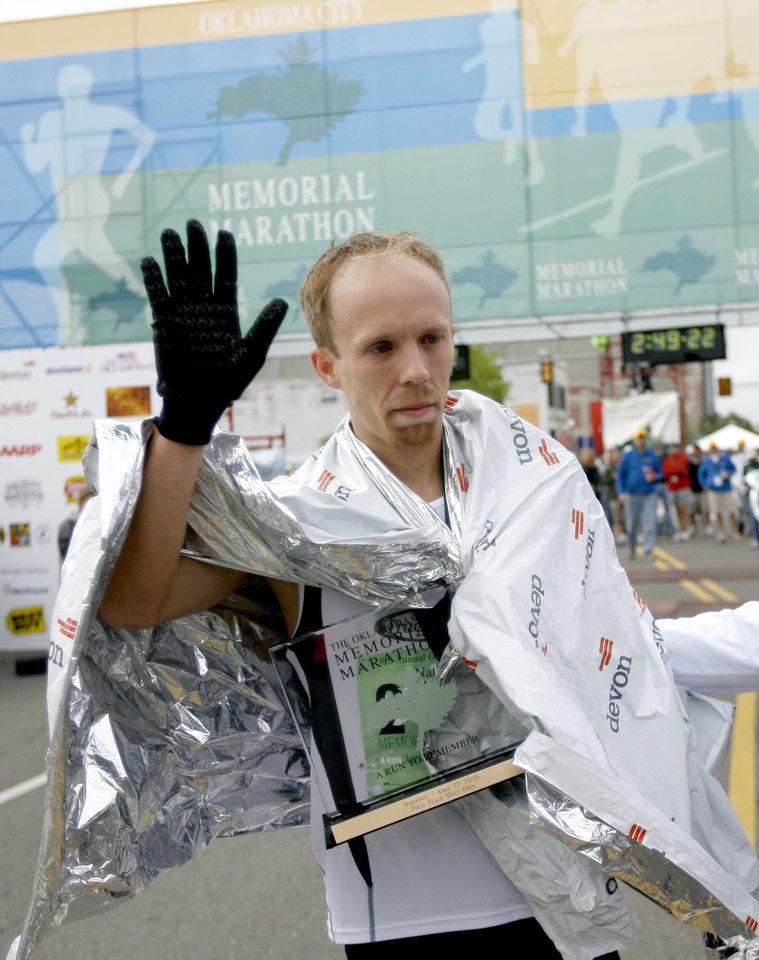 RUN, RUNNER, RUNNING, WIN, WINNER: Nathan Adams waves to the crowd after winning the Oklahoma City Memorial Marathon, Sunday, April 27, 2008.  BY BRYAN TERRY, THE OKLAHOMAN ORG XMIT: KOD