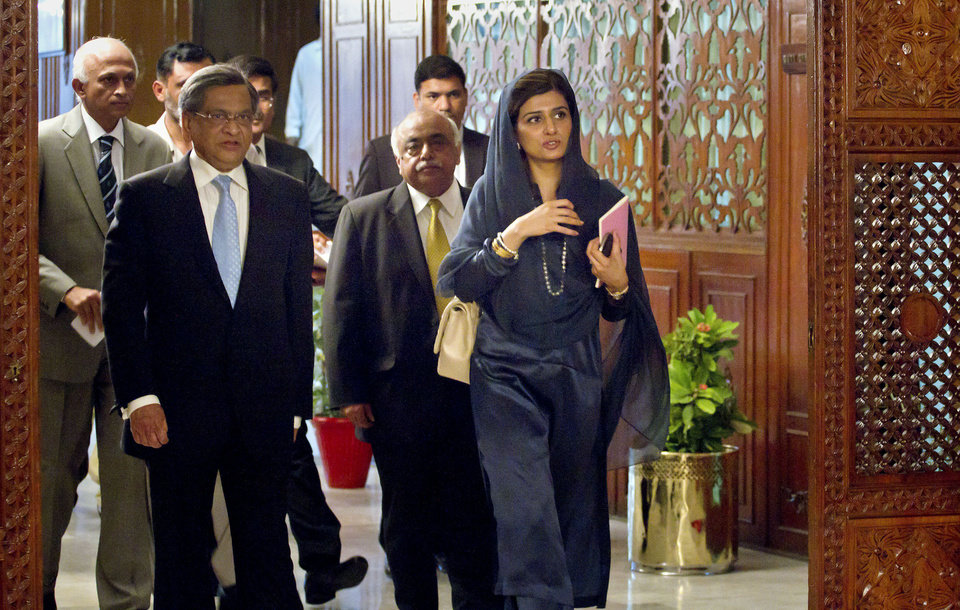 Photo -   Indian Foreign Minister S.M. Krishna, left, and his Pakistani counterpart Hina Rabbani Khar, right, arrive for a meeting in Islamabad, Pakistan on Saturday, Sept. 8, 2012. Krishna arrive in Pakistan for talks, the latest sign of a thaw in relations between two countries that have fought three major wars against each other. (AP Photo/Anjum Naveed)