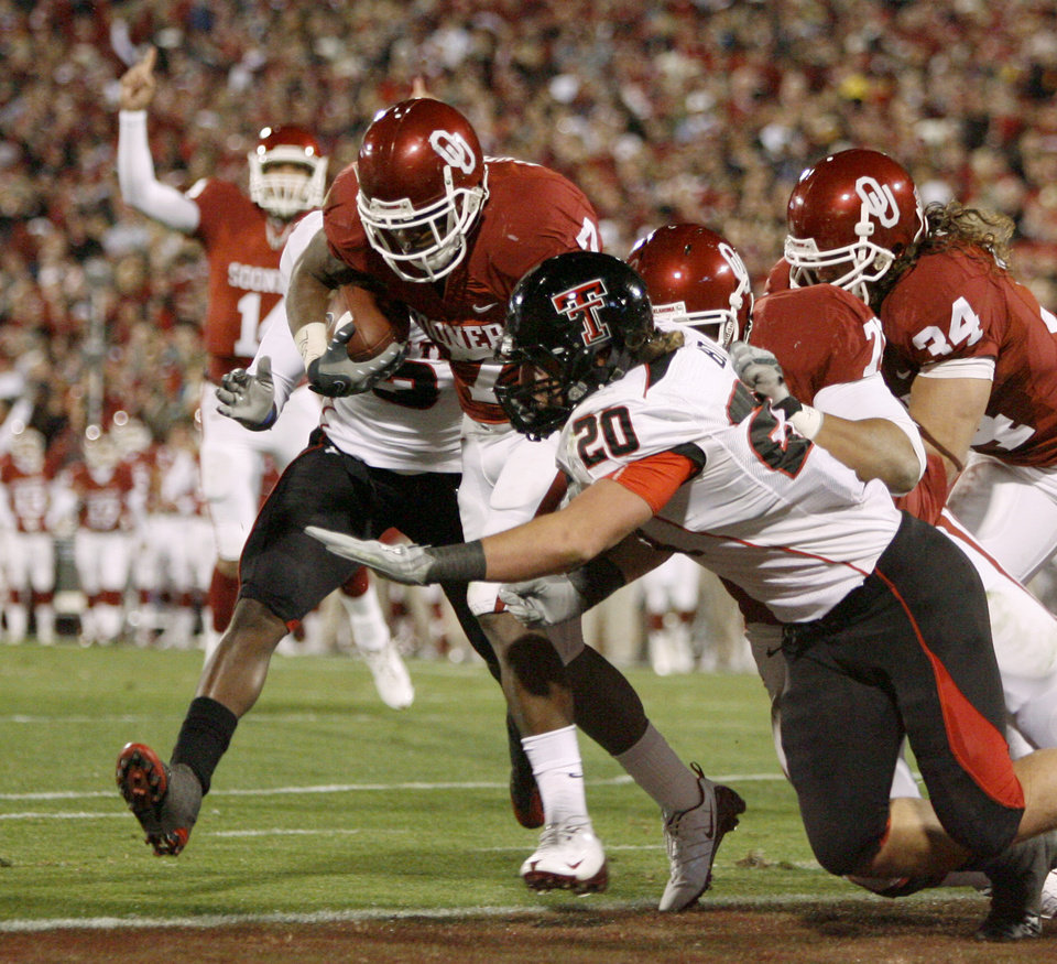 OU's DeMarco Murray fights of Bront Bird of Texas Tech for a touchdown during the college football game between the University of Oklahoma Sooners and Texas Tech University at Gaylord Family -- Oklahoma Memorial Stadium in Norman, Okla., Saturday, Nov. 22, 2008. BY BRYAN TERRY, THE OKLAHOMAN