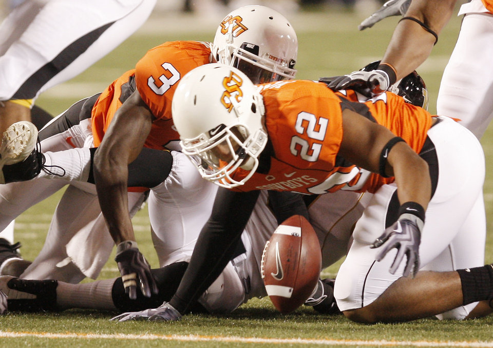 Photo - James Thomas (22) falls on a fumble by Missouri during the college football game between Oklahoma State University (OSU) and the University of Missouri (MU) at Boone Pickens Stadium in Stillwater, Okla. Saturday, Oct. 17, 2009.  Photo by Doug Hoke, The Oklahoman