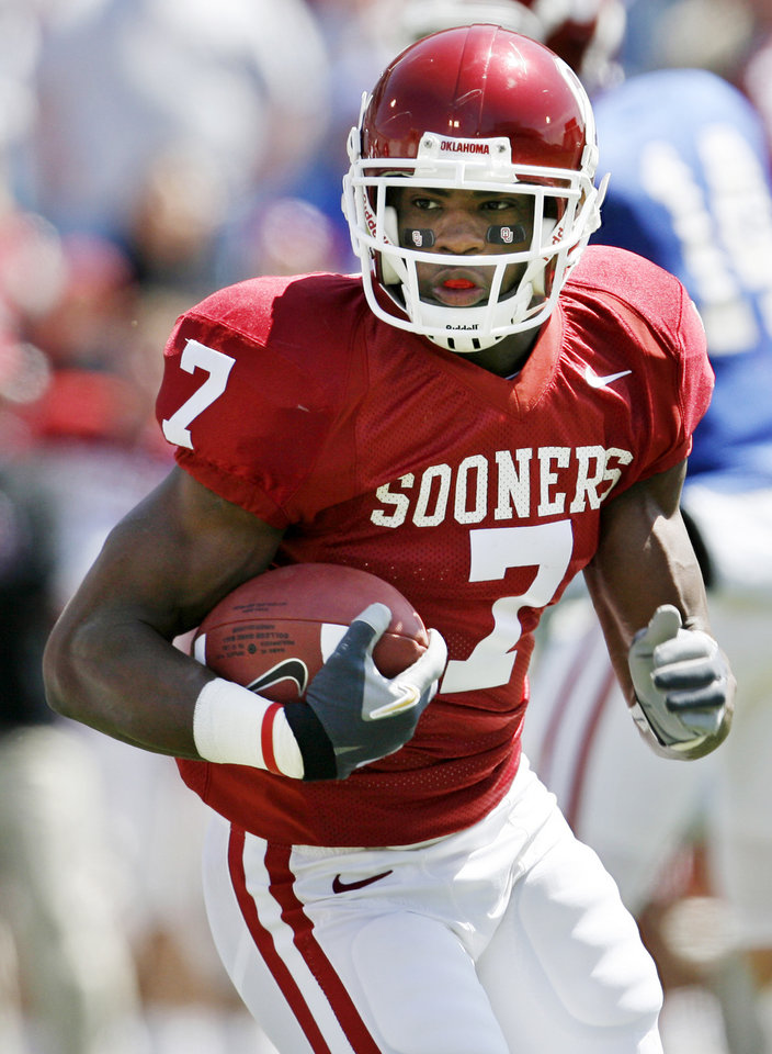 Photo - OU's DeMarco Murray (7) runs 18 yards for a touchdown during the University of Oklahoma Sooners annual Red-White spring college football game at Gaylord Family - Oklahoma Memorial Stadium in Norman, Okla., Saturday, April 7, 2007. By Nate Billings, The Oklahoman  ORG XMIT: KOD