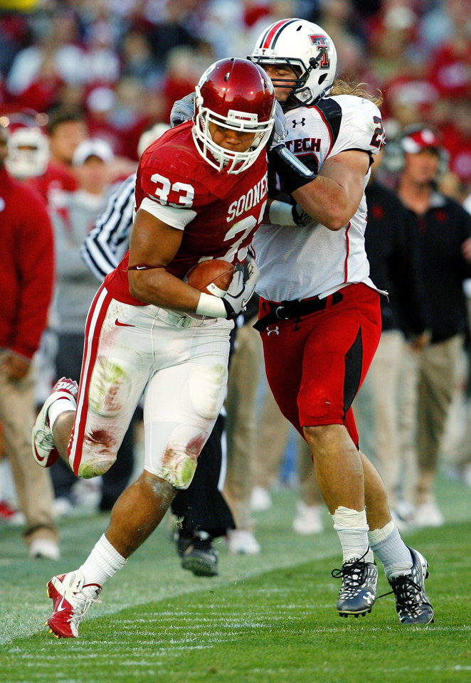 Photo - Trey Millard (33) tries to stay in bounds after a catch during the second half of the college football game between the University of Oklahoma Sooners (OU) and the Texas Tech Red Raiders (TTU) at the Gaylord Family Memorial Stadium on Saturday, Nov. 13, 2010, in Norman, Okla.  Photo by Steve Sisney, The Oklahoman