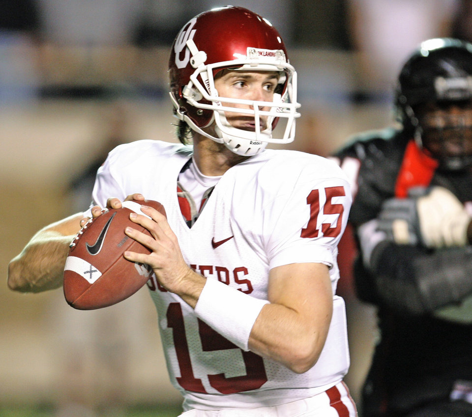 Photo - Joey Halzle of OU passes the ball during the college football game between the University of Oklahoma (OU) and Texas Tech University (TTU) at Jones AT&T Stadium in Lubbock, Texas, November 17, 2007. By Bryan Terry, The Oklahoman ORG XMIT: KOD