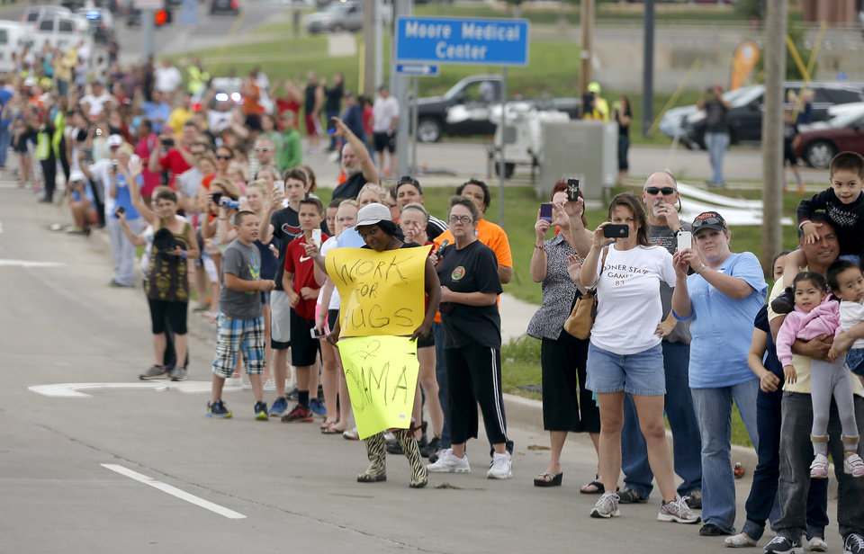 Photo - A crowd lines SW 19 street in Moore as President Barack Obama arrives, Sunday May 26, 2013. The President is in Oklahoma to tour the Moore tornado area and meet with families.  Photo by Bryan Terry, The Oklahoman ORG XMIT: OKC1305261411038212