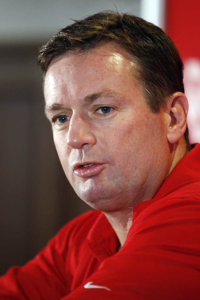 Photo - OU college football head coach Bob Stoops speaks at a press conference at the University of Oklahoma in Norman, Oklahoma on Tuesday November 18, 2008.  By Steve Sisney, The Oklahoman   ORG XMIT: KOD