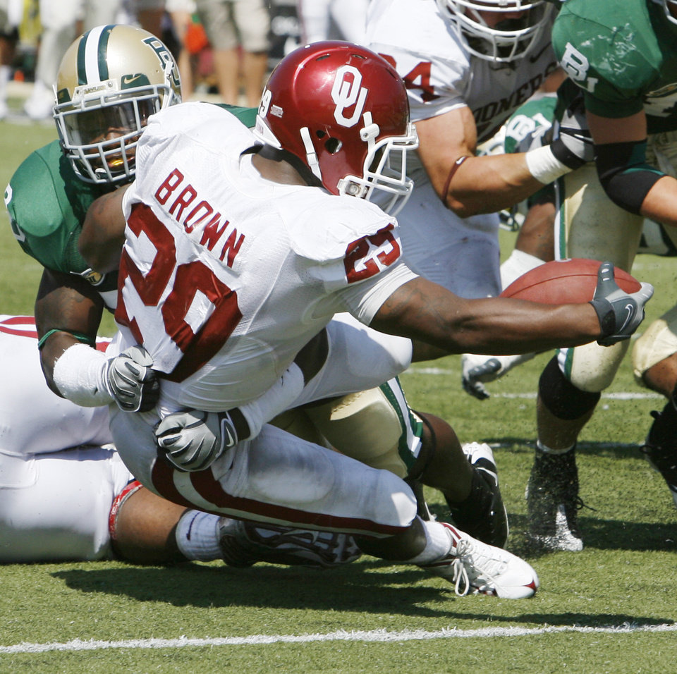 Chris Brown scores in the second half during the college football game between Oklahoma (OU) and Baylor University at Floyd Casey Stadium in Waco, Texas, Saturday, October 4, 2008.   BY STEVE SISNEY, THE OKLAHOMAN