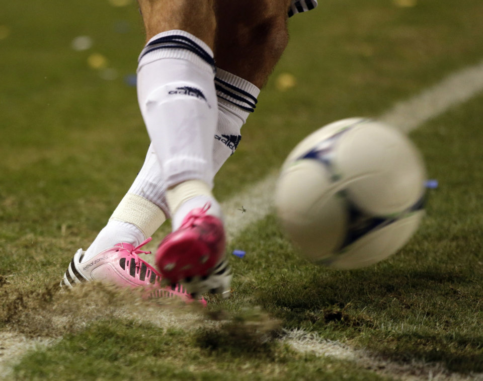 Photo -   Los Angeles Galaxy's David Beckham kicks from the corner during the first half of an MLS Western Conference finals soccer game against the Seattle Sounders, Sunday, Nov. 11, 2012, in Carson, Calif. (AP Photo/Chris Carlson)