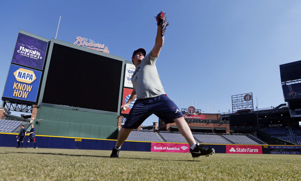 Photo - Atlanta Braves closer Craig Kimbrel throws during the first day of voluntary workouts for pitchers Monday, Jan. 27, 2014, in Atlanta. Pitchers and catchers report to camp Feb. 13. (AP Photo/John Bazemore)