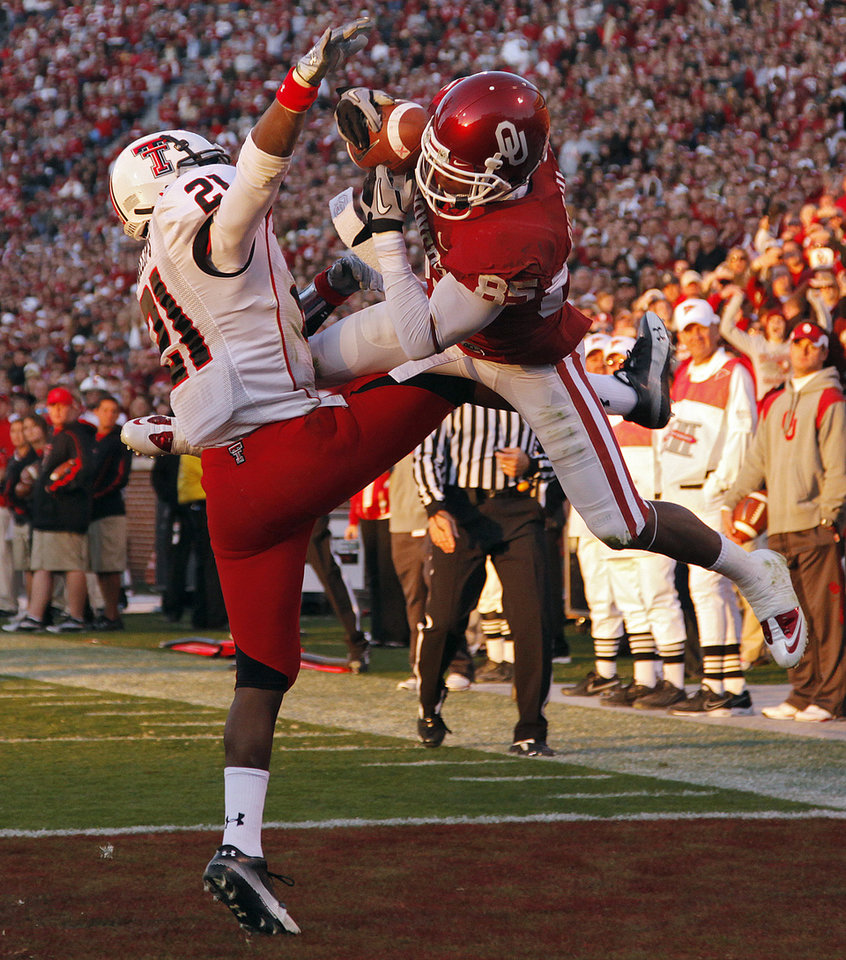 Photo - Oklahoma's Ryan Broyles (85) makes a touchdown catch over Texas Tech's Jarvis Phillips (21) during the second half of the college football game between the University of Oklahoma Sooners (OU) and the Texas Tech Red Raiders (TTU) at the Gaylord Family Memorial Stadium on Saturday, Nov. 13, 2010, in Norman, Okla. Broyles set a career touchdown record of 32 with the catch. Photo by Chris Landsberger, The Oklahoman