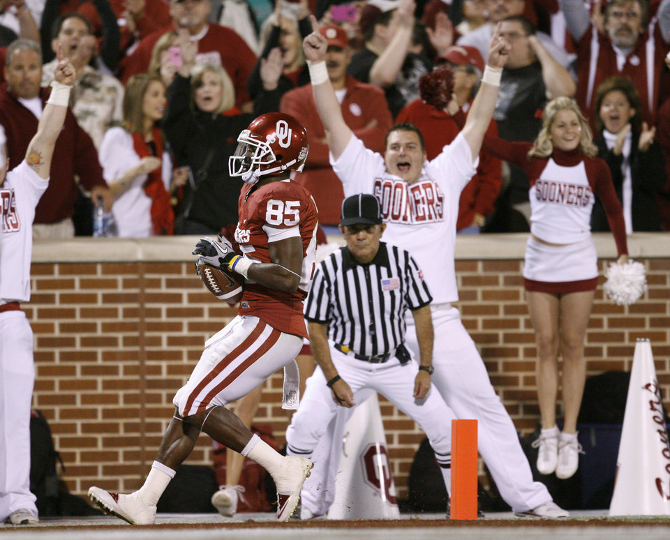 Photo - OU's Ryan Broyles scores on a 16-yard touchdown pass during the college football game between the University of Oklahoma (OU) Sooners and the University of Colorado Buffaloes at Gaylord Family-Oklahoma Memorial Stadium in Norman, Okla., Saturday, October 30, 2010. Photo by Bryan Terry, The Oklahoman