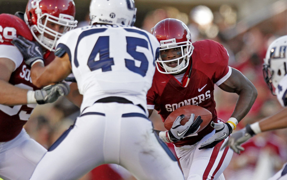 Photo - OU's DeMarco Murray looks for room to run during the first half of the college football game between the University of Oklahoma Sooners (OU) and Utah State University Aggies (USU) at the Gaylord Family-Oklahoma Memorial Stadium on Saturday, Sept. 4, 2010, in Norman, Okla.   Photo by Bryan Terry, The Oklahoman