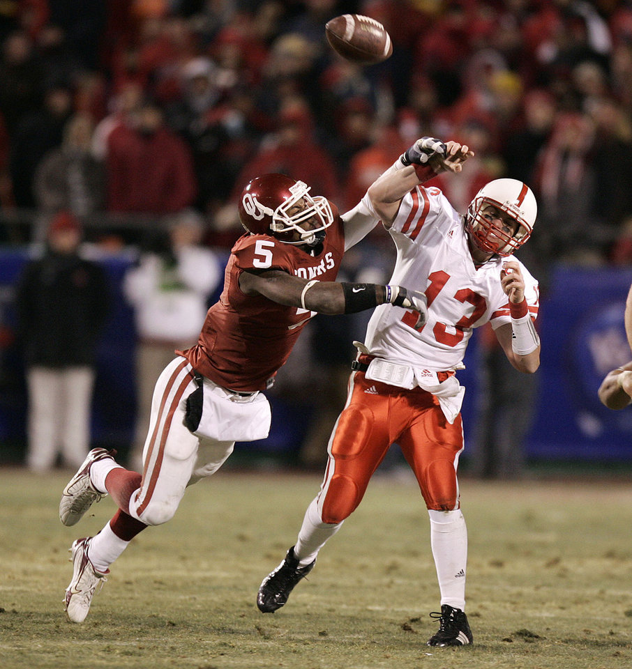 Photo - Oklahoma's Nic Harris (5) applies pressure to Nebraska quarterback Zac Taylor (13) in the first half of the Big 12 Championship game during the University of Oklahoma Sooners (OU) college football game against the University of Nebraska Cornhuskers (NU) at Arrowhead Stadium, on Saturday, Dec. 2, 2006, in Kansas City, Mo.   By Bryan Terry, The Oklahoman  ORG XMIT: KOD
