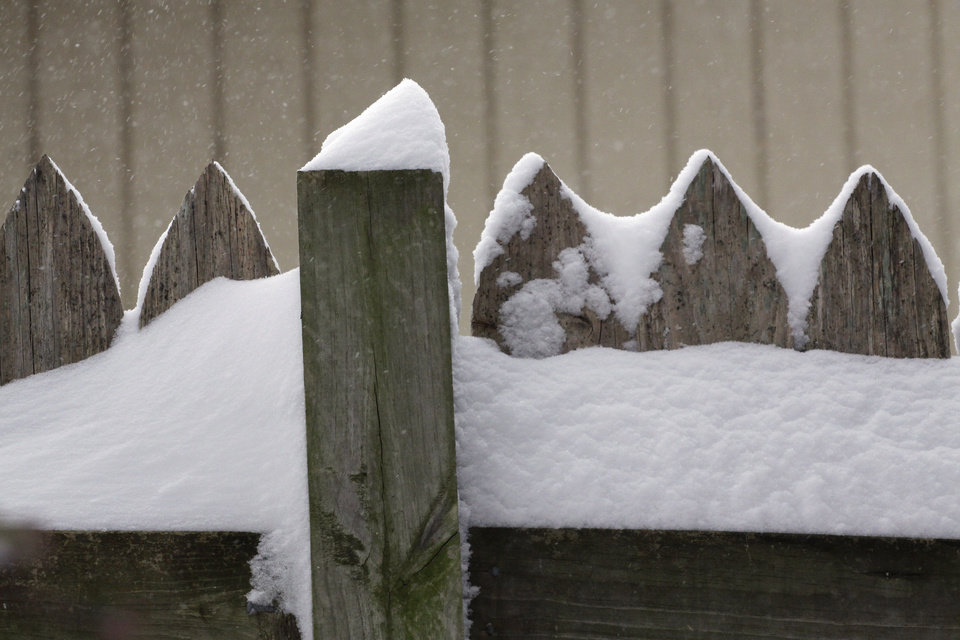 Photo - Snow piled up on the top of a fence during a major winter storm that hit central Oklahoma Tuesday, Feb. 1, 2011. Photo by Doug Hoke, The Oklahoman.