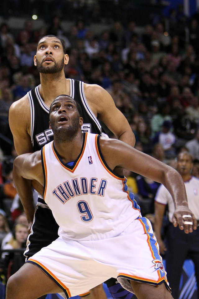 Photo - OKLAHOMA CITY THUNDER / SAN ANTONIO SPURS / NBA BASKETBALL  Oklahoma City's Malik Rose boxes out San Antonio's Tim Duncan during the Thunder - Spurs game March 16, 2009 in the Ford Center in Oklahoma City.    BY HUGH SCOTT, THE OKLAHOMAN ORG XMIT: KOD