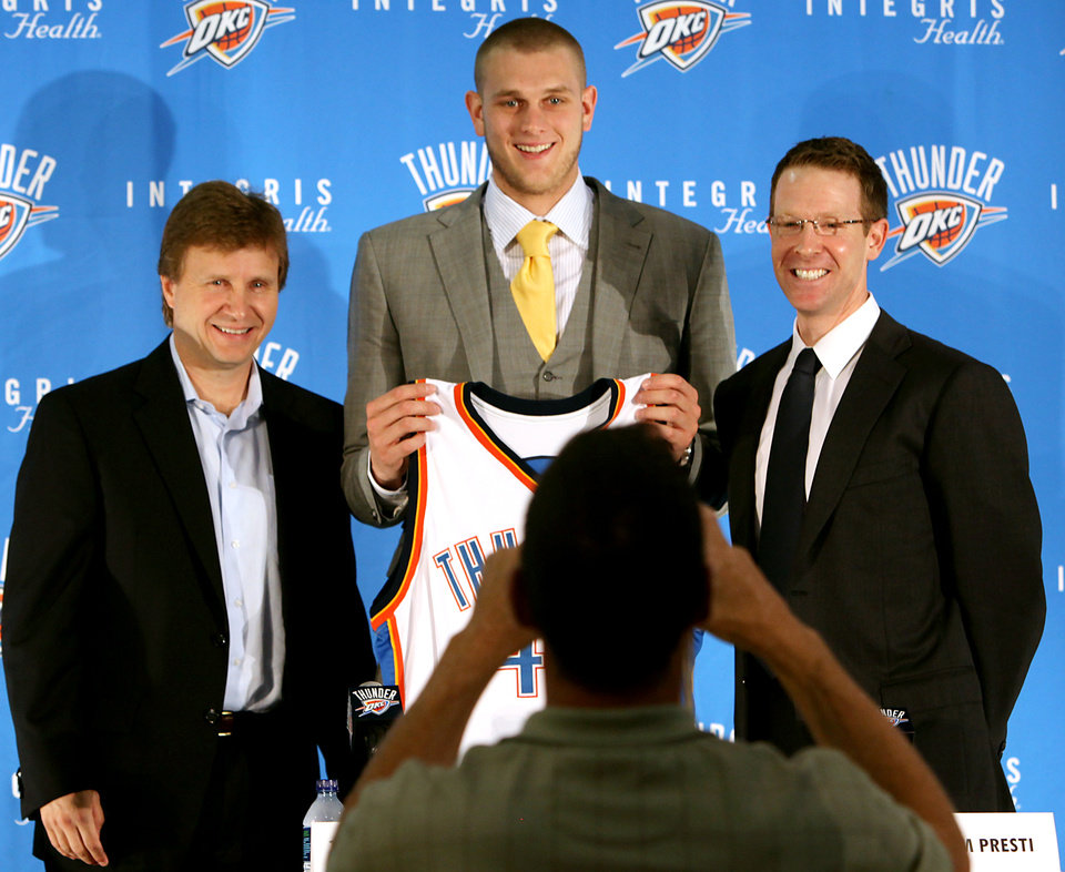 Photo - Cole Aldrich (center) Scott Brooks (left) and Sam Presti pose for Cole's father Walt Aldrich following a press conference at the Thunder Practice facility in Oklahoma City on Monday, July 12, 2010. Photo by John Clanton, The Oklahoman ORG XMIT: KOD