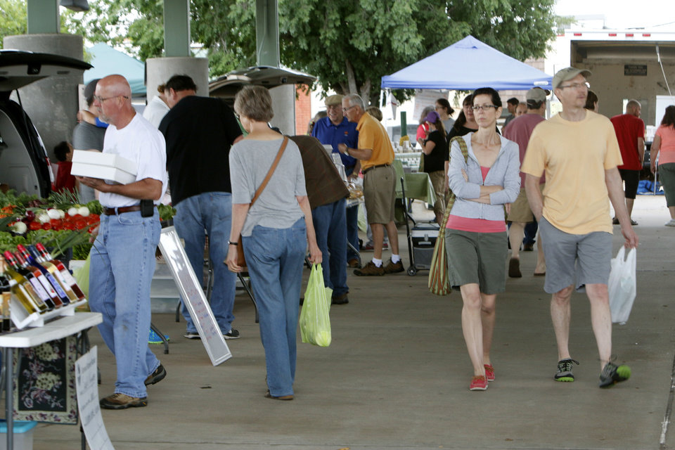 Photo -  Shoppers wander in search of good things to eat at the Edmond Farmers Market at Festival Market Place. PHOTO BY PAUL HELLSTERN, THE OKLAHOMAN   PAUL HELLSTERN -
