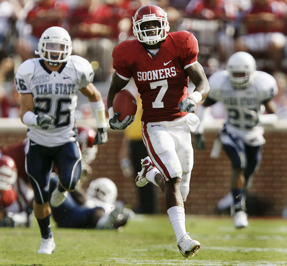 Photo - Oklahoma's DeMarco Murray (7) races past the Utah State defense on his way to a touchdown in the second half during the University of Oklahoma Sooners (OU) college football game against the Utah State University Aggies (USU) at the Gaylord Family -- Oklahoma Memorial Stadium, on Saturday, Sept. 15, 2007, in Norman, Okla.     By JAMES PLUMLEE, The Oklahoman  ORG XMIT: KOD