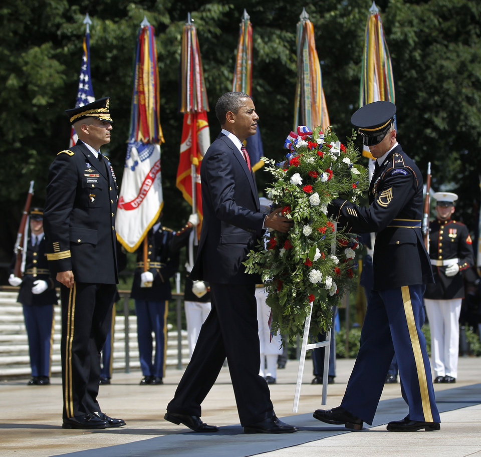Photo -   President Barack Obama, center, with Maj. Gen. Michael S. Linnington, left, Commander of the U.S. Army Military District of Washington, during a wreath-laying ceremony at the Tomb of the Unknowns at Arlington National Cemetery on Memorial Day, Monday, May 28, 2012, in Arlington, Va. (AP Photo/Pablo Martinez Monsivais)