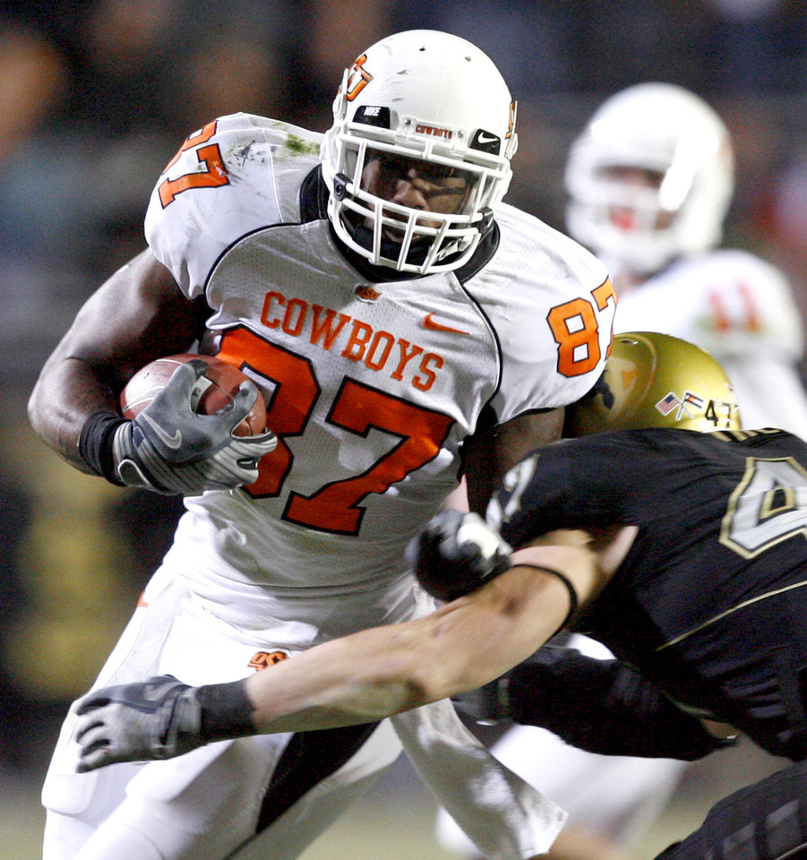 Photo - OSU's Brandon Pettigrew tries to get past Colorado's Shaun Mohler during the college football game between Oklahoma State University and the University of Colorado at Folsom Field in Boulder, Colo., Saturday, Nov. 15, 2008. BY BRYAN TERRY, THE OKLAHOMAN ORG XMIT: KOD