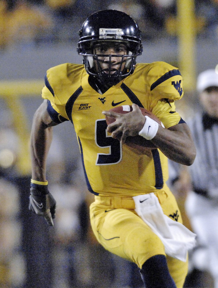 Photo - University of West Virginia's Pat White carries the ball against University of Pittsburgh during the first half of a college football game Saturday, Dec. 1, 2007 in Morgantown, W.Va. (AP Photo/Jeff Gentner) ORG XMIT: WVJG117