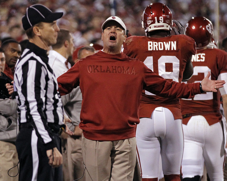 Photo - Bob Stoops yells at the official after a call against the Sooners during the college football game between the University of Oklahoma Sooners (OU) and the Notre Dame Fighting Irish at the Gaylord Family-Oklahoma Memorial Stadium on Saturday, Oct. 27, 2012, in Norman, Okla. Photo by Chris Landsberger, The Oklahoman