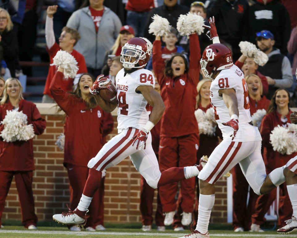 Photo - Oklahoma's Lee Morris runs for the end zone after catching a pass during the University of Oklahoma (OU) spring football game at Gaylord Family-Oklahoma Memorial Stadium in Norman, Okla., Friday, April 12, 2019. Photo by Bryan Terry, The Oklahoman