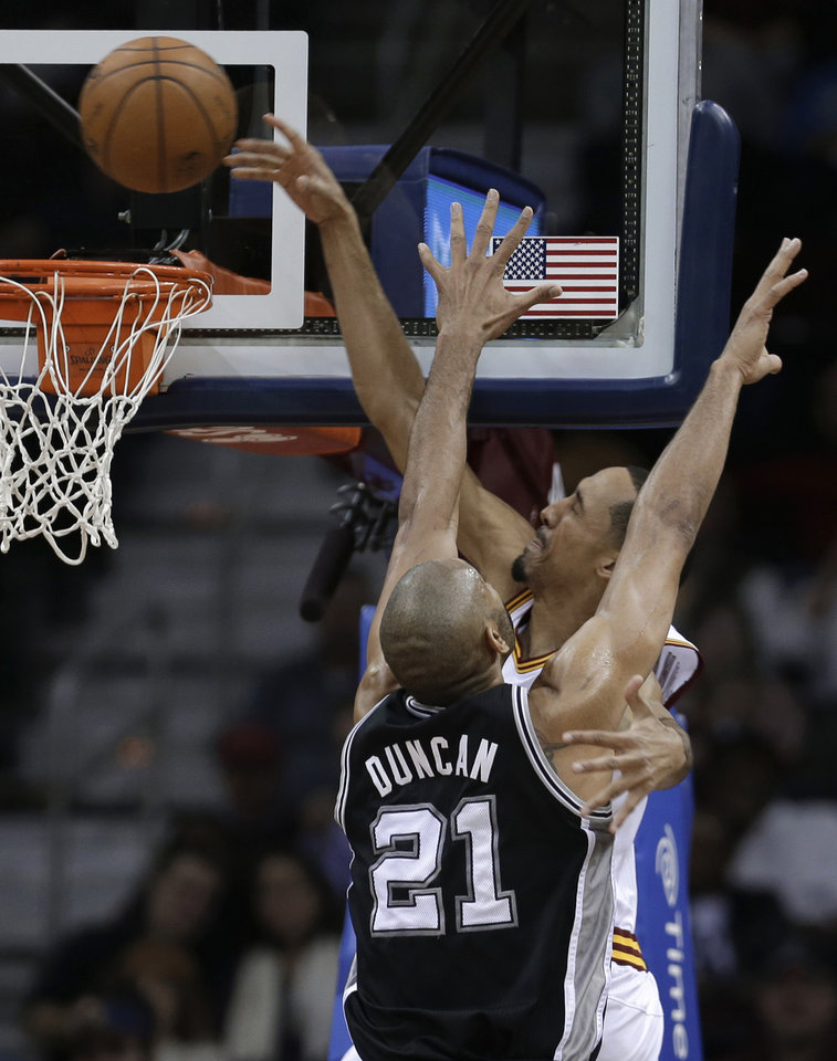 Cleveland Cavaliers\' Shaun Livingston tries to dunk against San Antonio Spurs\' Tim Duncan (21) during the second quarter of an NBA basketball game Wednesday, Feb. 13, 2013, in Cleveland. Livingston missed the shot. (AP Photo/Tony Dejak)