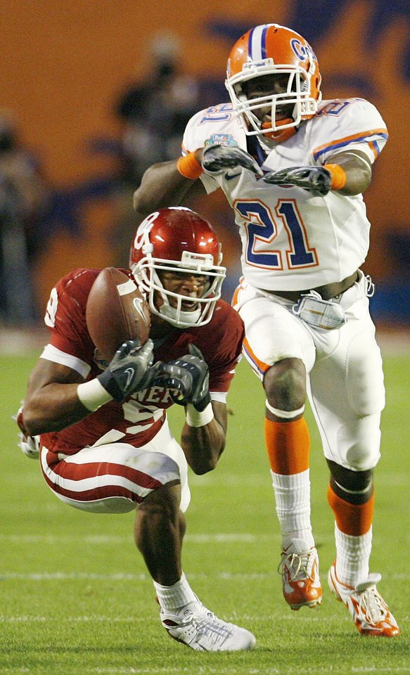 Photo - OU's Juaquin Iglesias (9) drops a pass in front of Florida's Major Wright (21) in the third quarter during the BCS National Championship college football game between the University of Oklahoma Sooners (OU) and the University of Florida Gators (UF) on Thursday, Jan. 8, 2009, at Dolphin Stadium in Miami Gardens, Fla. The Florida Gators won, 24-14. PHOTO BY NATE BILLINGS, THE OKLAHOMAN