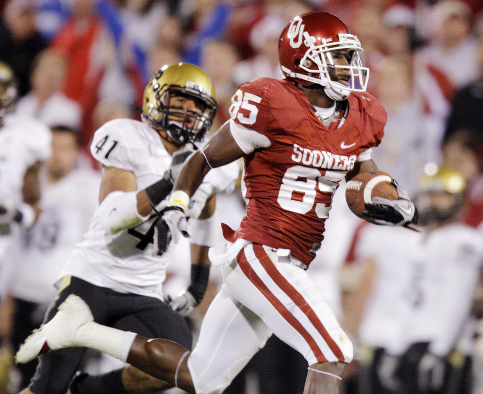 Photo - OU's Ryan Broyles (85) gets past Terrel Smith (41) of Colorado on a touchdown catch in the third quarter during the college football game between the University of Oklahoma (OU) Sooners and the University of Colorado Buffaloes at Gaylord Family-Oklahoma Memorial Stadium in Norman, Okla., Saturday, October 30, 2010. Photo by Nate Billings, The Oklahoman