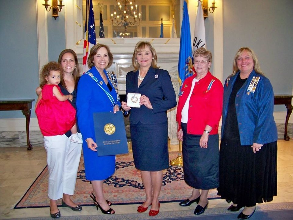 Photo - Governor Mary Fallin Gives Constitution Week Proclamatin to DAR