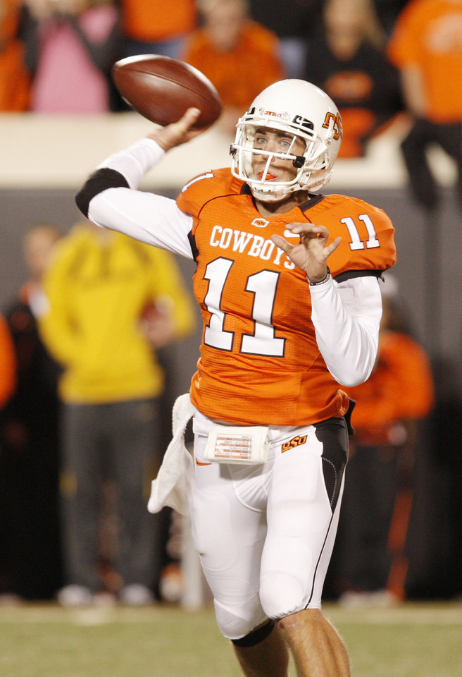 Photo - Zac Robinson passes in the third quarter during the college football game between Oklahoma State University (OSU) and the University of Missouri (MU) at Boone Pickens Stadium in Stillwater, Okla. Saturday, Oct. 17, 2009.  Photo by Doug Hoke, The Oklahoman