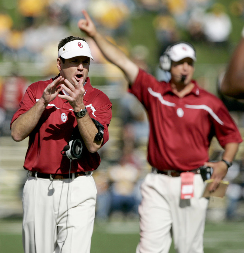 Photo - CELEBRATION: OU head coach Bob stoops celebrates after a play in the second half during the University of Oklahoma Sooners (OU) college football game against the University of Missouri (MU) at Faurot Field/Memorial Stadium on Saturday, Oct. 28, 2006, in Columbia, Mo.  By Bryan Terry, The Oklahoman  ORG XMIT: KOD