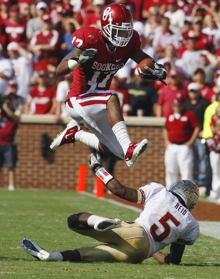 Photo - Mossis Madu (17) carries during the first half of the college football game between the University of Oklahoma Sooners (OU) and Florida State University Seminoles (FSU) at the Gaylord Family-Oklahoma Memorial Stadium on Saturday, Sept. 11 2010, in Norman, Okla.   Photo by Steve Sisney, The Oklahoman