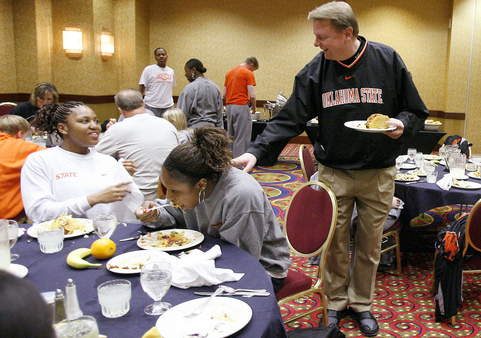 Photo - OSU's Danielle Green, left, and Shaunte' Smith talk with coach Kurt Budke during lunch at the team hotel before the first round game of the women's NCAA basketball tournament, Friday, March 21, 2008, in Des Moines, Iowa.   BY BRYAN TERRY, THE OKLAHOMAN