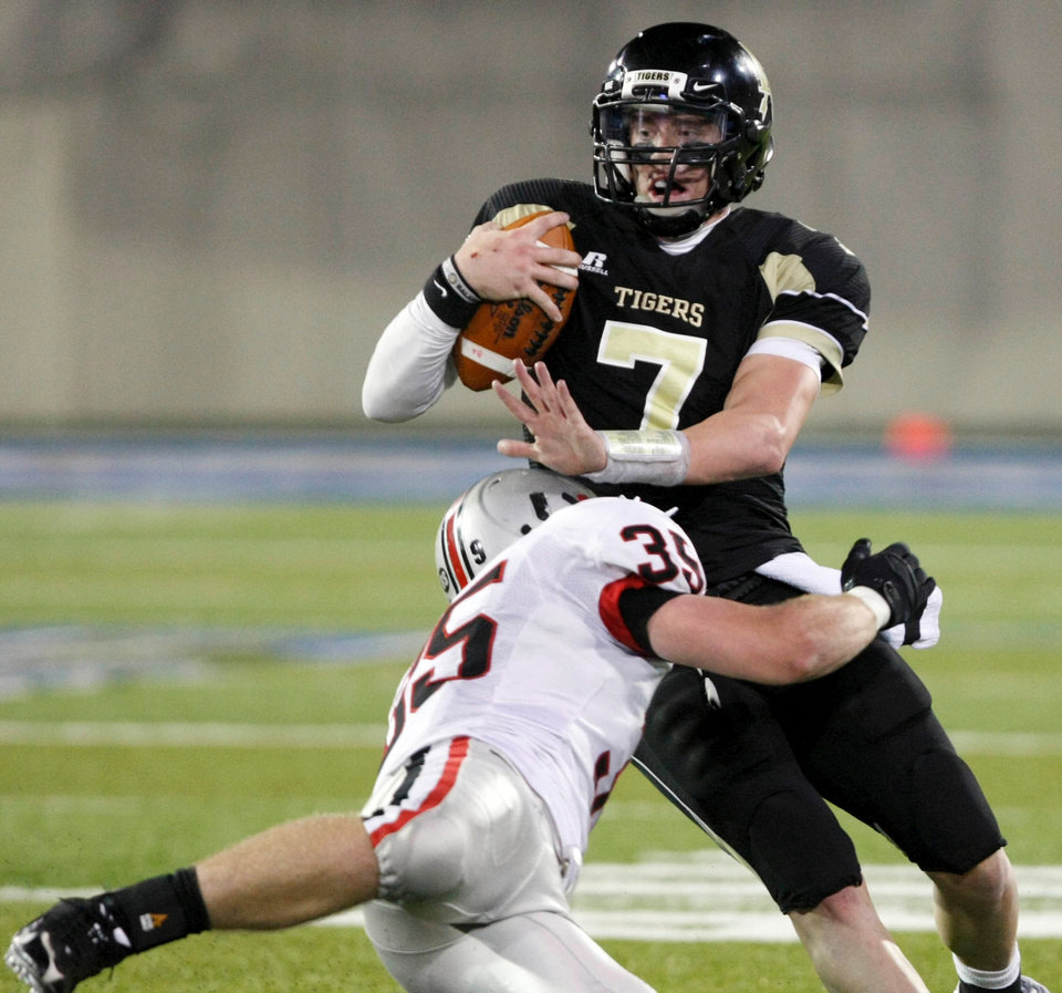 Photo - HIGH SCHOOL FOOTBALL PLAYOFFS: Broken Arrow quarterback Archie Bradley is brought down by Tulsa Union's Bobby Lind during the Class 6A semifinal match-up, at the University of Tulsa's H.A. Chapman Stadium, in Tulsa, on Saturday Nov. 28, 2009. CORY YOUNG/Tulsa World