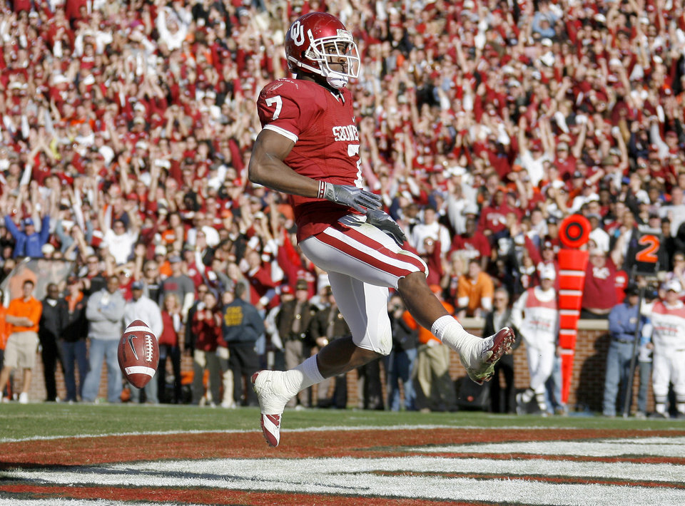 Photo - OU's DeMarco Murray scores a touchdown during the second half of the Bedlam college football game between the University of Oklahoma Sooners (OU) and the Oklahoma State University Cowboys (OSU) at the Gaylord Family-Oklahoma Memorial Stadium on Saturday, Nov. 28, 2009, in Norman, Okla.